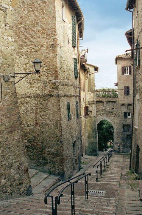 Via-Bonaccia-e-sullo-sfondo-Porta-Santa-Margherita